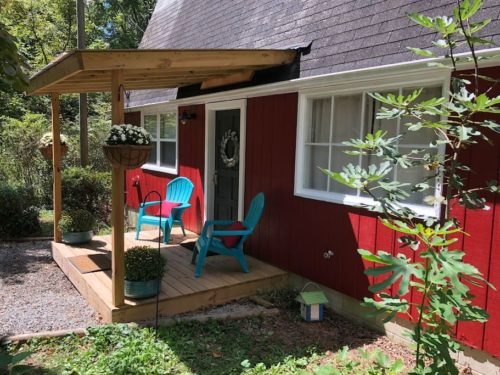 Charming Apple Barn Cottage in Flat Rock, Hendersonville, NC Close to Carl Sandburg home, Flat Rock Playhouse and more. hiking, kayaking and waterfalls! Thirty minutes from the Biltmore House. - Apple Barn Cottage in Flat Rock