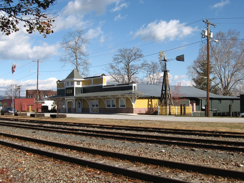 636 Boxcar St Hendersonville, North Carolina Across from the Historic Hendersonville Train Depot – Things to do near Meadowbrook Log Cabin